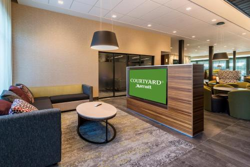The lobby or reception area at Courtyard by Marriott Tampa Northwest/Veterans Expressway