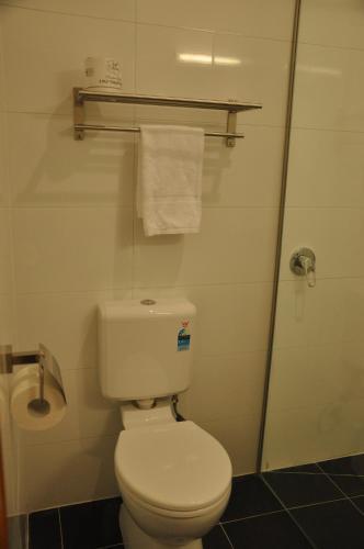 A bathroom at Miner's Retreat Motel