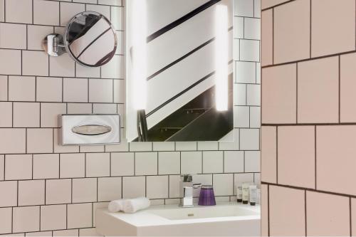 A bathroom at Best Western Premier Faubourg 88