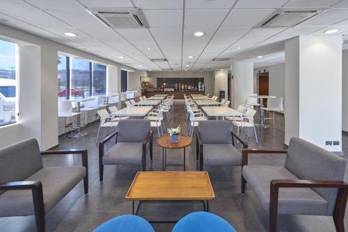 Un restaurante o sitio para comer en City Express La Paz