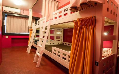 A bunk bed or bunk beds in a room at Khaosan Tokyo Laboratory