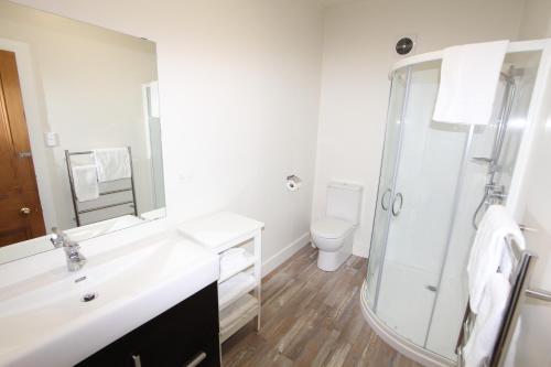 A bathroom at Mangonui Waterfront Apartment Motels