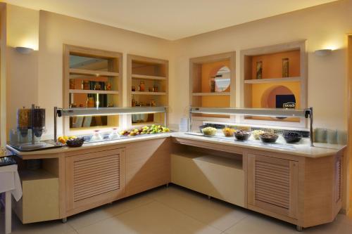 Кухня или мини-кухня в Portes Beach Hotel