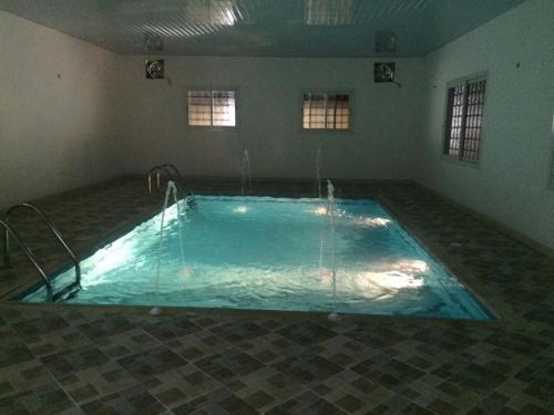 A piscina localizada em Al Azzam Chalet and Home stay ou nos arredores