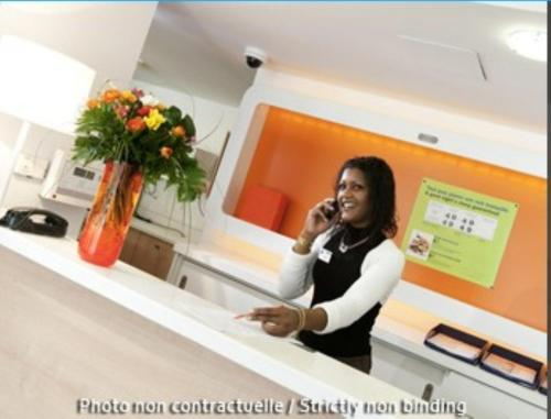 The lobby or reception area at ibis budget Versailles - Trappes