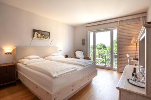 Een bed of bedden in een kamer bij Hotel Hirschen in Freiburg-Lehen