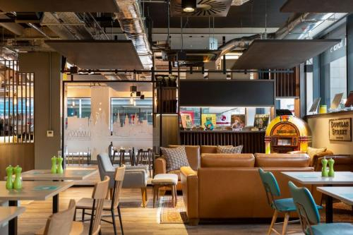 A restaurant or other place to eat at ibis Styles Glasgow Central