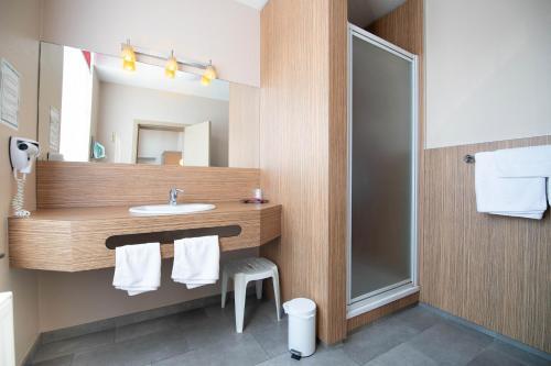 A bathroom at Infotel