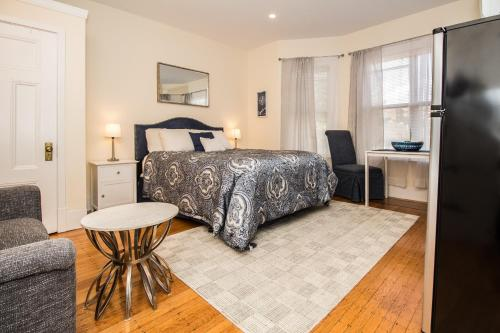 A bed or beds in a room at Renovated Boston studio close to public trans, parking avail, easy access to Copley, Downtown Boston, Fenway, Kenmore