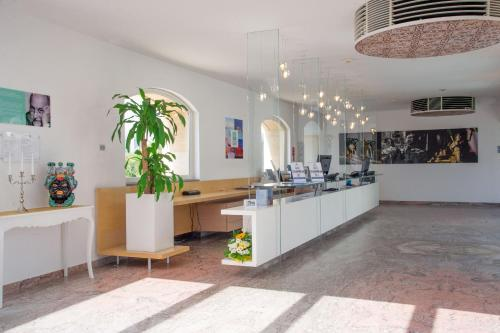 Hall o reception di iH Hotels Agrigento Kaos Resort