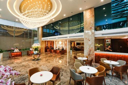 Ein Restaurant oder anderes Speiselokal in der Unterkunft Orchids Saigon Hotel
