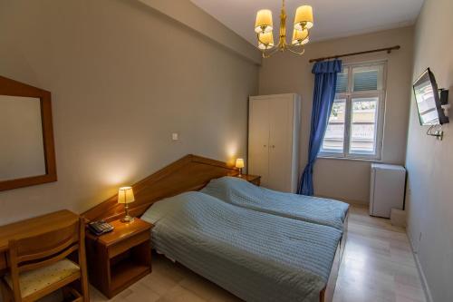 Hotel Halaris tesisinde bir odada yatak veya yataklar