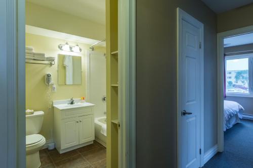 Ванная комната в Economy Suites by HomePort