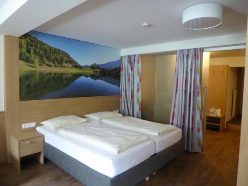 Postel nebo postele na pokoji v ubytování Hotel Gasthof Kirchenwirt