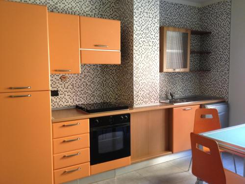 A kitchen or kitchenette at Wendy's apartment