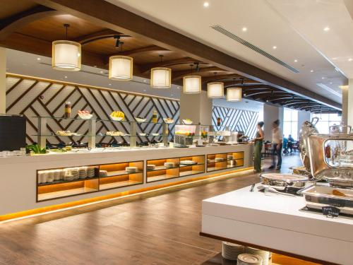 A restaurant or other place to eat at Flora Inn Hotel Dubai Airport