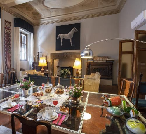 A restaurant or other place to eat at Casa Botticelli