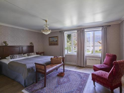 A bed or beds in a room at Fretheim Hotel