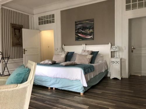 A bed or beds in a room at Les Jardins de Mazamet