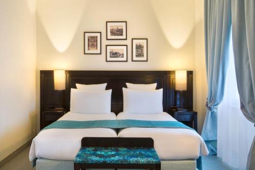 Een bed of bedden in een kamer bij Régent Contades, BW Premier Collection