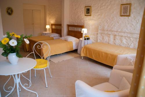A bed or beds in a room at Domaine de Coussères