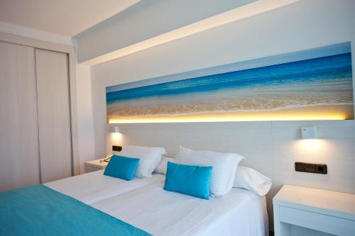 A bed or beds in a room at Hotel Ipanema Beach