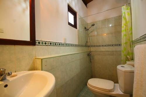 A bathroom at Tartaruga Hotel