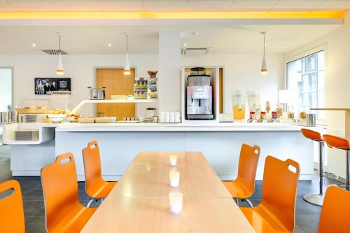 A restaurant or other place to eat at ibis budget Aachen City