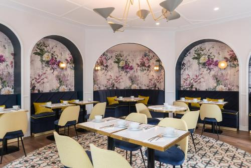 A restaurant or other place to eat at Hotel Le Mareuil