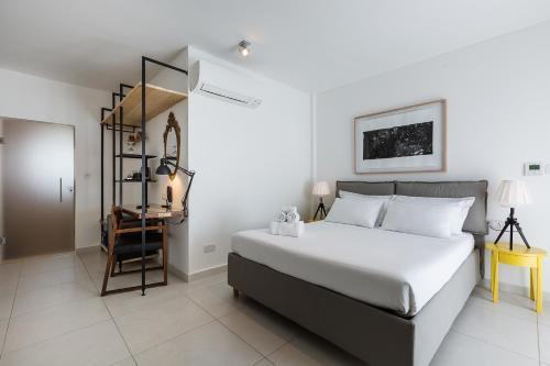 Cama ou camas em um quarto em Two Pillows Boutique Hostel