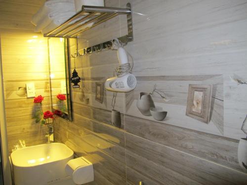 A bathroom at Mr Rot's Secret Hotel