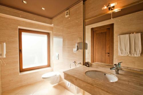 A bathroom at Ventura Boutique Hotel