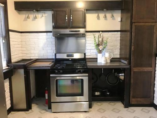 A kitchen or kitchenette at NEWHOST-Victorian Pintrest Style 15min to Downtown