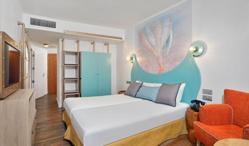 Cama o camas de una habitación en Sol Katmandu Park & Resort