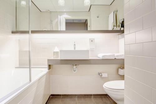 A bathroom at Babylon Hotel Den Haag