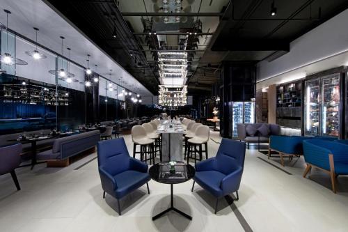 The lounge or bar area at Novotel Bangkok Sukhumvit 4