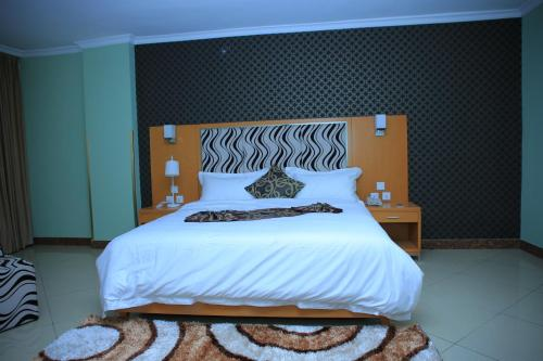 A bed or beds in a room at Yebo Hotel & Spa