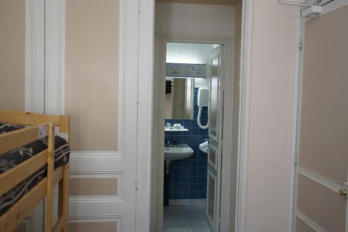 Salle de bains dans l'établissement Hotel Montsegur