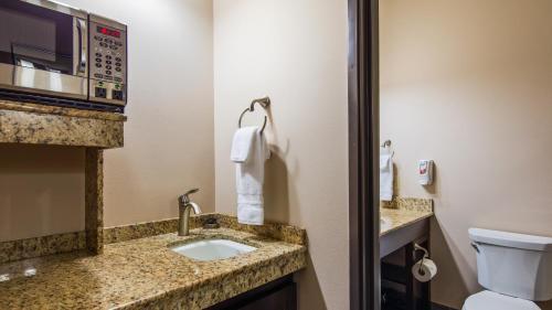 A bathroom at Best Western Plus Havre Inn & Suites