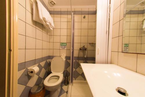 A bathroom at Oasis Hotel