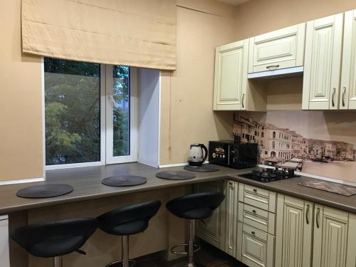 Кухня или мини-кухня в Two-room Apartment on Komsomolskiy prospekt 50