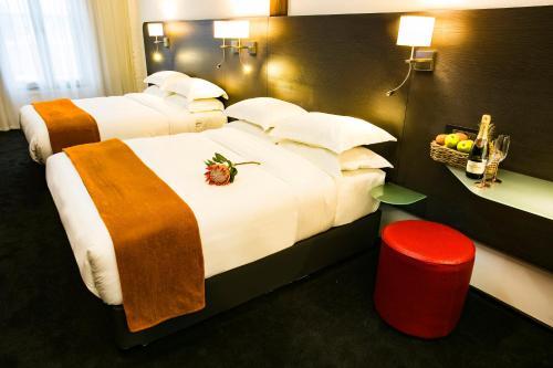 Кровать или кровати в номере Signature Lux Hotel by ONOMO, Waterfront