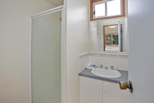 A bathroom at Marengo Holiday Park