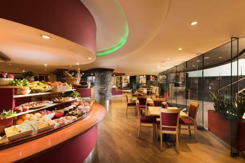 Ein Restaurant oder anderes Speiselokal in der Unterkunft Stamford Plaza Adelaide