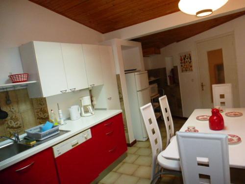 A kitchen or kitchenette at les Oiseaux