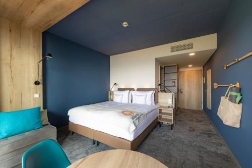 A bed or beds in a room at ARBOREA Marina Resort Neustadt
