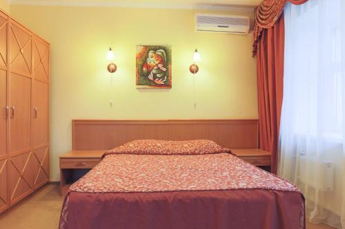 Кровать или кровати в номере Загородный клуб Александръ