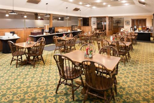 A restaurant or other place to eat at Red Lion Hotel Twin Falls
