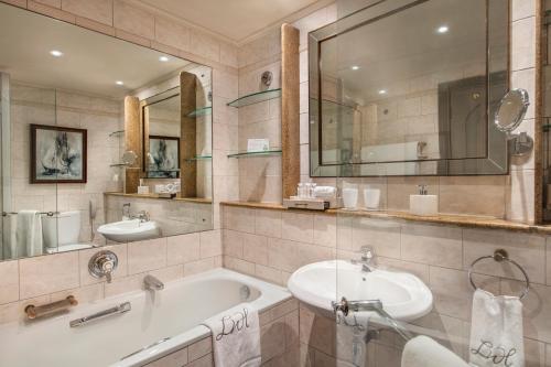 Een badkamer bij Labourdonnais Waterfront Hotel