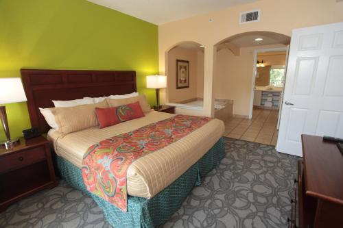 A bed or beds in a room at Vacation Village at Parkway